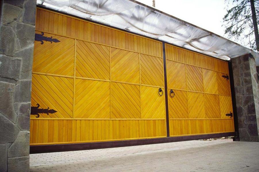 автоматические деревянные распашные ворота